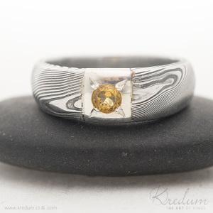 Siona Space damasteel, vzor dřevo, zatmavený + broušený citrín 3 mm vsazený do stříbra, velikost 50, šířka hlavy 6 mm, v dlani 4 mm - SK2602