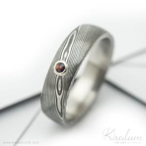 Prima damasteel, vzor dřevo, zatmavený + broušený granát 1,5-2 mm vsazený do stříbra, velikost 55, šířka 5,5 mm, tloušťka střední, profil B+CF - k 4040