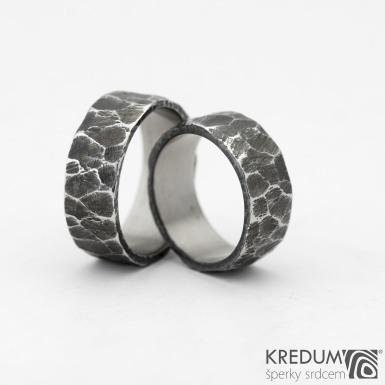 Rock BG tmavý - Kovaný nerezový snubní prsten