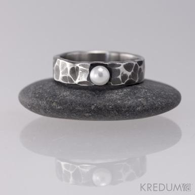 Prsten kovaná nerezová ocel - Draill s perlou, zatmavený a přeleštěný