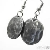 Puklík natura - Kované rustikální kulaté dámské náušnice z nerez oceli damasteel - vzor dřevo, zatmavené - SK3745