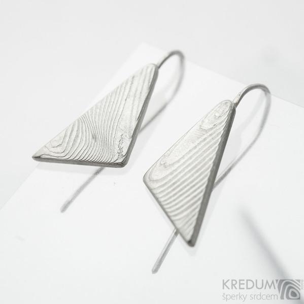 Kované trojúhelníkové dámské náušnice z nerez oceli damasteel - Triangulo - vzor dřevo, světlé - SK3754