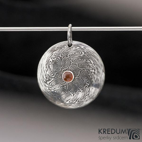Puklik a Karneol 4 mm - Damasteel přívěsek - struktura voda, lept 100%, zatmavený