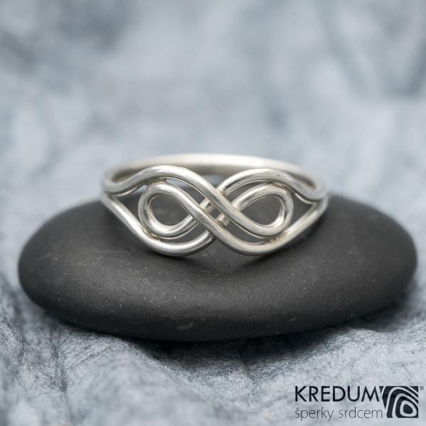 Mask White - ilustrační foto, prsten na fotografii je vyroben ze stříbra
