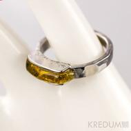 Kovaný nerezový snubní prsten - Kousek s jantarem