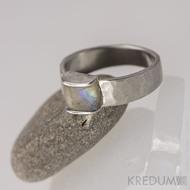 Kovaný nerezový snubní prsten - Kousek s opálem