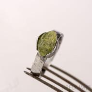 Kovaný nerezový snubní prsten - Kousek s olivínem