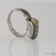 Kovaný nerezový prsten - Kousek se safírem - velikost 60