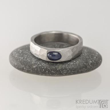 Kovaný snubní prsten - Draill a modrý safír, vel. 52