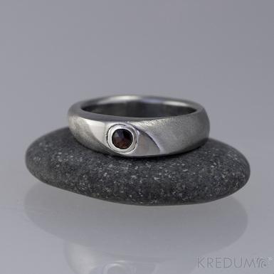 Kovaný zásnubní prsten - Interes + granát ve stříbře, vel. 54,5