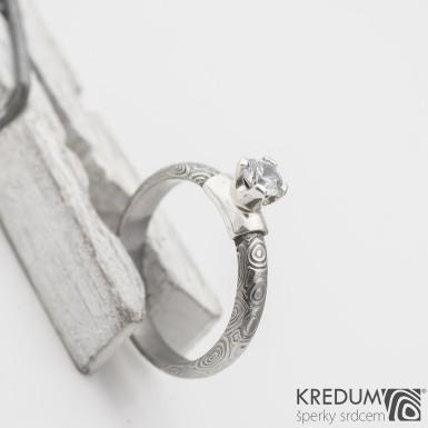 Prima Madame a broušený kámen v Ag - kolečka - Kovaný zásnubní prsten damasteel