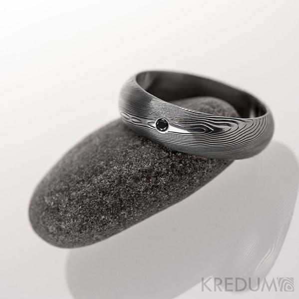 Snubní prsten kovaná nerezová ocel damasteel - PRIMA + černý diamant 1,7 mm - dřevo, lept 75% tmavý