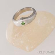 Zásnubní prsten damasteel - Královna a broušený kámen ve stříbře - dřevo, lept 50% světlý, zelený kámen vel. 2,8 mm