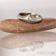 Zásnubní prsten damasteel - Královna a čirý diamant vel. 2,3 mm - dřevo