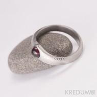 Zásnubní prsten damasteel - Královna a kabošon - dřevo, lept 75% světlý, kabošon granát