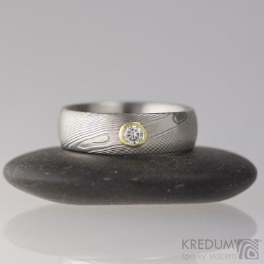 PRIMA a broušený kámen o velikosti do 4 mm ve zlatě - Zásnubní prsten damasteel - struktura dřevo