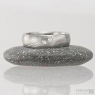Prima Sestry - snubní prsten z oceli damasteel a 2 diamanty 1,5 mm, struktura dřevo