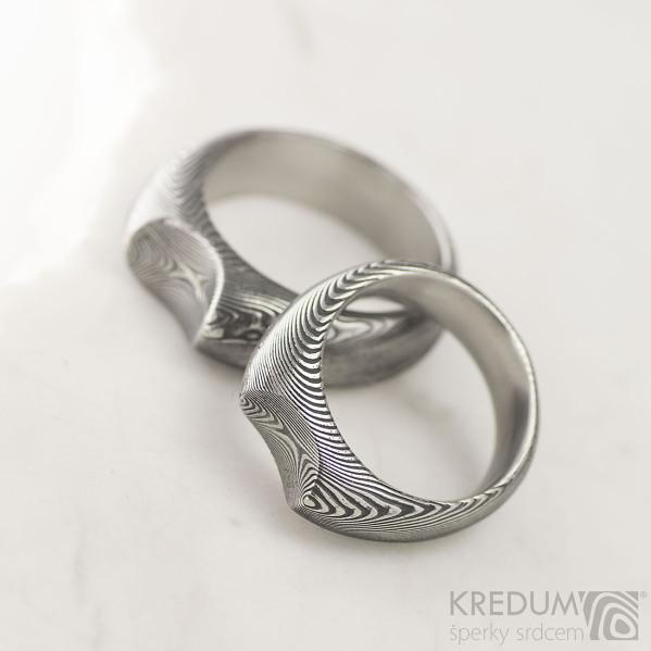 Výrazný kovaný prsten ocel damasteel - MOJMÍR - dřevo