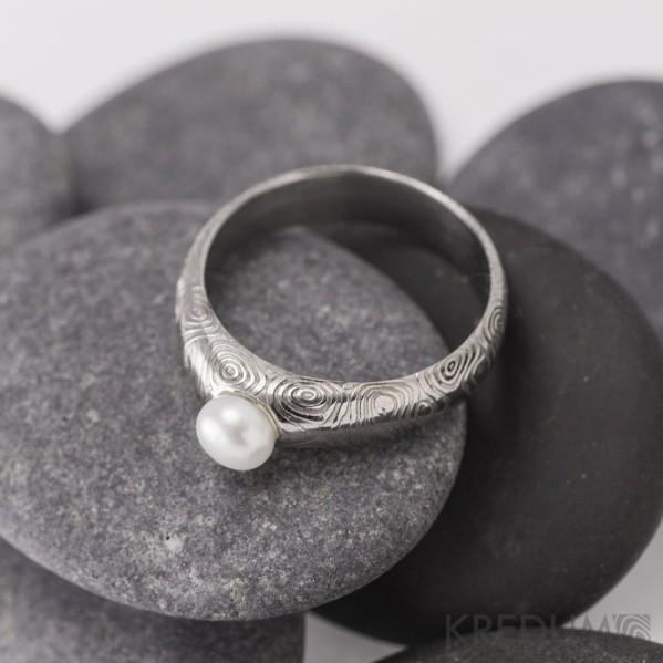 Kovaný prsten damasteel - Liena s pravou perlou - kolečka