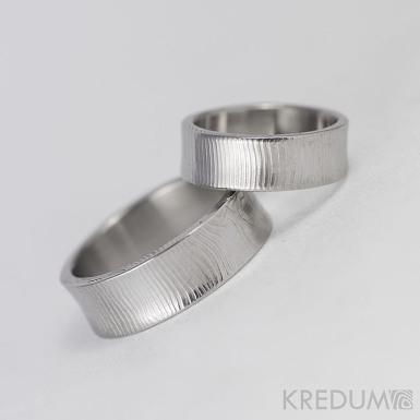 Collium - Kovaný snubní prsten se žlábkem ocel damasteel - čárky