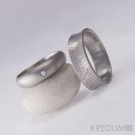 Kovaný snubní prsten se žlábkem ocel damasteel - Collium - kolečka - ilustrační dámský  Siona White