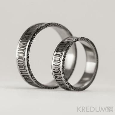 Kovaný snubní prsten se žlábkem ocel damasteel - Collium Line - kolečka
