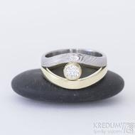 Gemini stone - zlatý a damasteelový zásnubní / snubní prsten a moissanite - žluté zlato a damasteel dřevo - produkt SK2390