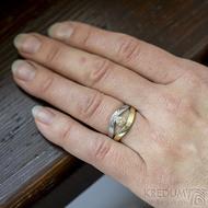 Gemini stone - zlatý a damasteelový zásnubní / snubní prsten a moissanite 4 mm - na ruce - velikost 53 - produkt SK2390