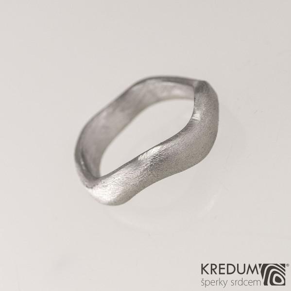 Kovaný nerezový snubní prsten - Meandr Klasik, velikost 54, pomerančová kůra