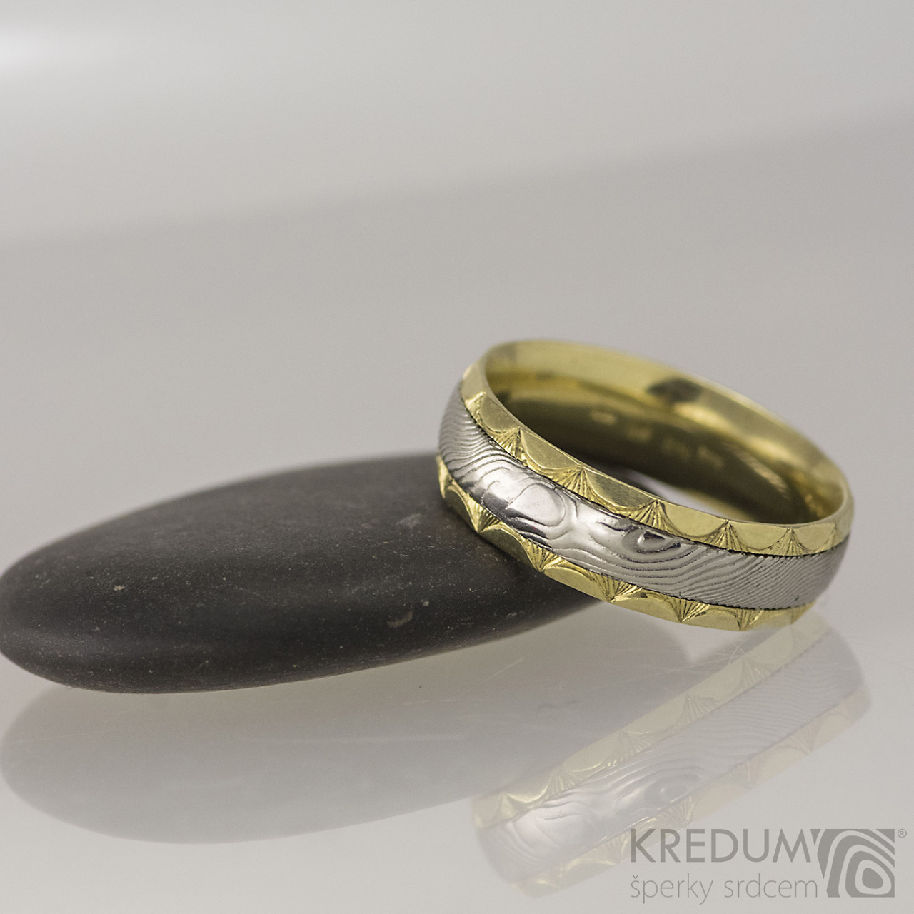 Kasiopea Engravius Drevo Zlate Snubni Prsteny A Damasteel S1668
