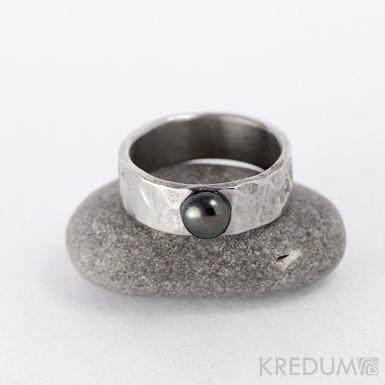 Prsten kovaná nerezová ocel - Draill s černou perlou - matný