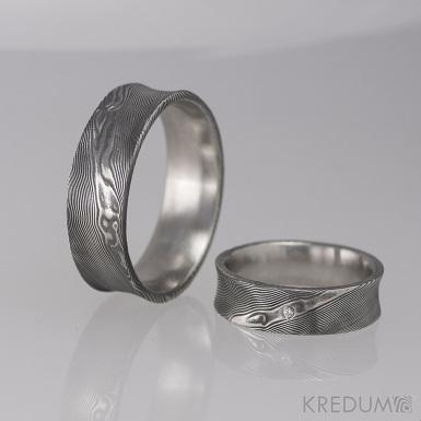 Kovaný snubní prsten se žlábkem ocel damasteel - Collium a čirý diamant 1,5 mm - dřevo