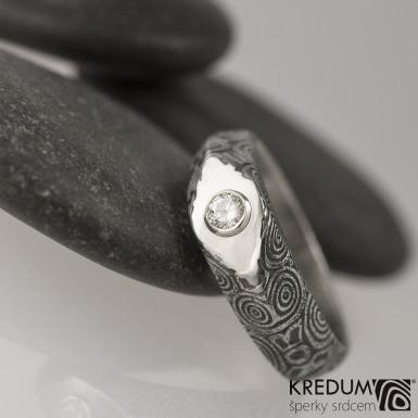 GRADA a broušený kámen ve stříbře - Kovaný zásnubní prsten damasteel, struktura kolečka - moissanite