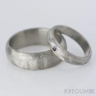 Zásnubní prsten damasteel - Prima a broušený kámen vel. do 2 mm ve stříbře, dřevo - granát