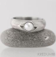 Kovaný prsten damasteel s pravou perlou - Gracia - dřevo - lept 50%