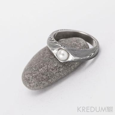 Kovaný prsten damasteel s pravou perlou - Gracia - dřevo