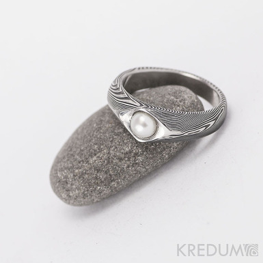Gracia s pravou perlou - kovaný prsten damasteel - struktura dřevo