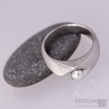 Gracia s pravou perlou - kovaný prsten damasteel - čárky