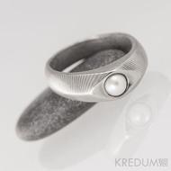 Kovaný prsten damasteel s pravou perlou - Gracia - čárky
