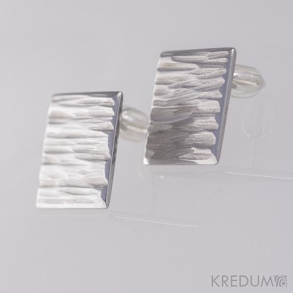 Kované nerezové naušnice - Quatro line - jsou čtvercové, pohled z boku trochu mate