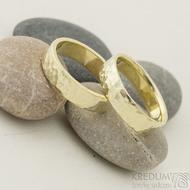 Golden draill yellow - 59,5 a 60 CF, šířka 5,5 mm, tloušťka 1,4 mm, žluté zlato, lesklé - Tepané zlaté snubní prsteny - k 2322 (2)