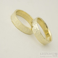 Golden draill yellow - 59,5 a 60 CF, šířka 5,5 mm, tloušťka 1,4 mm, žluté zlato, lesklé - Tepané zlaté snubní prsteny - k 2322