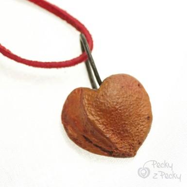 Přívěsek - Peckové srdíčko s kůží