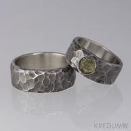 Kovaný nerezový snubní prsten - Draill tmavý a kámen natural