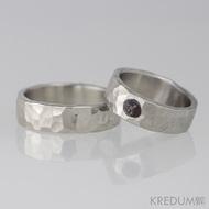 Kovaný nerezový snubní prsten - Draill světlý a kámen natural (granát)