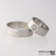 Kovaný nerezový snubní prsten - Draill světlý a kámen natural (růženín)