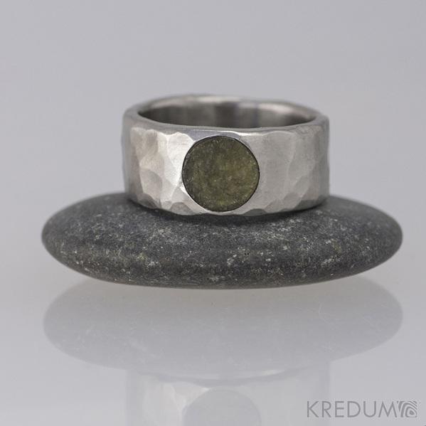 Kovaný nerezový snubní prsten - Draill světlý a kámen natural