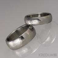 Šrafované - Rytí nápisů do šperků řízeno počítačem - na vnější stranu prstenů