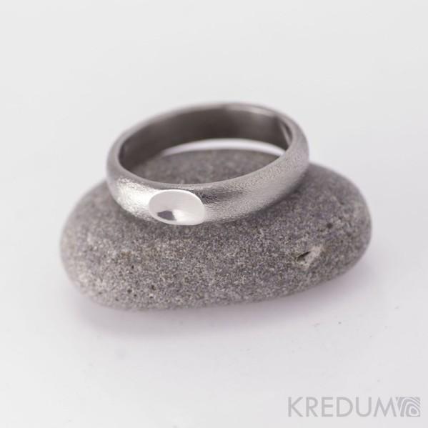 Kovaný nerezový snubní prsten - Klasik s ozdobou - hrubý mat