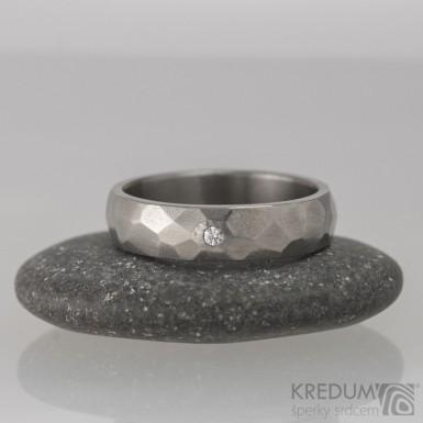 Prsten kovaný - Skalák titan a čirý diamant 1,7 mm - lesklý